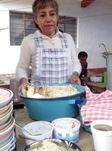 Doña Rosita ofrece su pozole y tamales en el Mercado de Tlaxiaco.